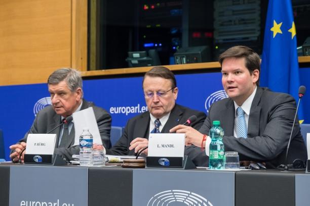 Übergabe des Vorsitzes von Paul Rübig an Lukas Mandl. Links der bisherige Generalsekretär der Arbeitsgruppe, Julien Vanderbeeken.