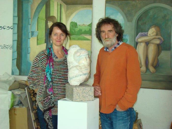 """Barbara und Destan Gashi mit der Skulptur """"Kuss"""""""